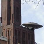 In Utrecht kun je gemakkelijk een UFO waarnemen: deze is geland op het hoofdkantoor van ProRail (De Inktpot) naast Utrecht CS. (foto: Cumulus | Wikimedia Commons)