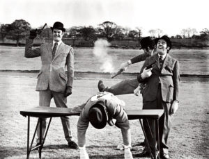 Scène uit Monty Pythons sketch 'Upper-class Twit of the Year Race' (1970) — the final obstacle: now all they have to do here to win the title is to shoot themselves … (foto   Alamy)