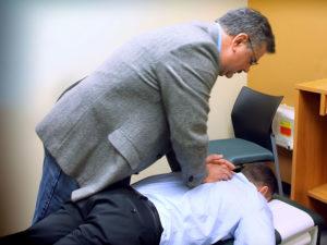 Een chiropractor aan het werk. (foto: Michael Dorausch | Wikimedia Commons)